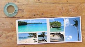 Fahne Photobook-Album mit Reise-Foto auf Holztischhintergrund und Kaffee oder Tee in der Schale Lizenzfreies Stockbild