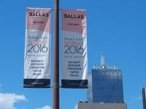 Fahnen in im Stadtzentrum gelegenem Dallas Stockbilder