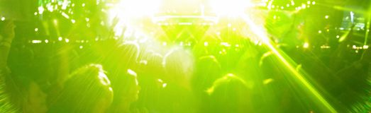 Fahnen-Konzertpublikum mit grünen Lichtern am Festival stockbilder