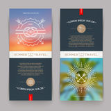 Fahnen mit Federzeichnung nautisch und Sommerreisezeichen und -embleme Lizenzfreie Stockfotos