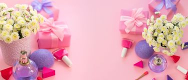 Fahnen-Modefrauenzubehörkosmetikblumenblumenstraußgeschenkbox-Bogencocktail auf rosa Draufsichtebene des Hintergrundes legen Kopi lizenzfreie stockfotografie