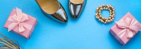 Fahnen-Satz der Mode-Accessoire-Ebene legen Schuhhandtaschenhalskettenschmuck-Silberfarbe auf blauen Draufsicht-Kopienraum des Hi stockfotografie