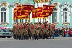 Fahnengruppe in Form von Soldaten des großen patriotischen Krieges mit Fahnenmilitär konfrontiert Wiederholung der Parade zu Ehre lizenzfreie stockfotografie