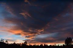 Fahnenmast, Arizona-Himmel Scape 2, während des ersten Sommermonsuns stockbild