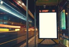 Fahnenwerbung ist an der Bushaltestelle Lizenzfreies Stockfoto