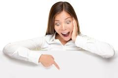 Fahnenzeichen bekanntmachen - Frau erregt Lizenzfreie Stockfotos