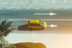 Fahrbahn mit gelbem Autotaxi lizenzfreie stockfotos