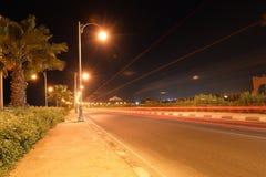 Fahrbahn nachts lizenzfreie stockbilder