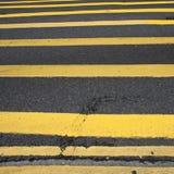 Fahrbahnmarkierung - viele gelben Linien Stockfotografie