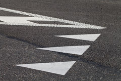 Fahrbahnmarkierungen auf der Pflasterung lizenzfreie stockbilder