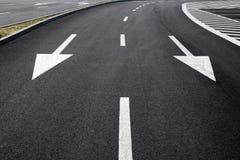 Fahrbahnmarkierungen auf einer Straße stockfotos
