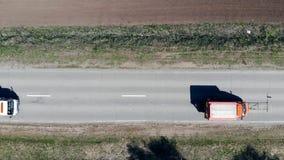 Fahrbahnmarkierungsautos, die an dem Asphalt arbeiten stock footage