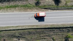 Fahrbahnmarkierungsprozeß, während ein Auto mit Asphalt funktioniert stock video footage