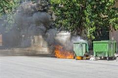 Fahrbarer Abfallbehälter, Satz auf Feuer. Stockbild