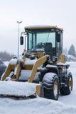 Fahrbarer Schneepflugtraktor mit einem Eimer Stockbild