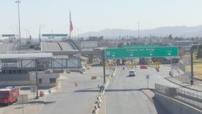 Fahren über eine Brücke, die unten der US- und Mexiko-Grenze betrachtet stock video footage