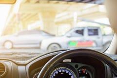 Fahren auf Autoreisen und Verkehr zur Sicherheit stockbilder
