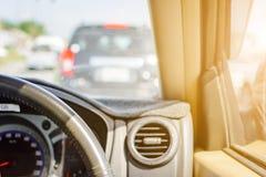 Fahren auf Autoreisen und Verkehr zur Sicherheit stockbild