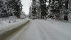 Fahren auf curvy schneebedeckte Straße stock footage