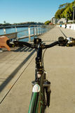 Fahren auf den Fahrradpfad stockfotos