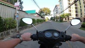 Fahren auf ein Motorrad entlang dem asiatischen Straßen-Verkehr Thailand, Pattaya stock video