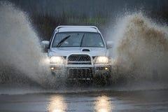 Fahren auf eine überschwemmte Landstraße Lizenzfreie Stockfotos