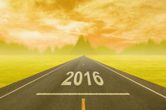 Fahren auf eine leere Straße bei Sonnenuntergang bis bevorstehendes 2016 Lizenzfreies Stockbild
