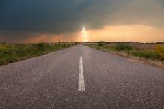 Fahren auf eine leere Straße gegen den Sturm Stockbild