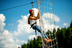 Fahren auf eine Ziplinie stockfotos