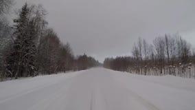Fahren auf einen WinterWaldweg in einem Schneesturm Auto-hintere Ansicht stock video footage