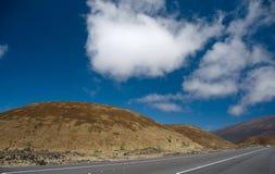 Fahren auf Landstraße 200 durchgehende Hügel Mauna Kea zu Hilo Stockfotografie