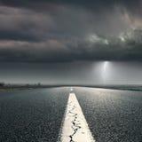 Fahren auf Landstraße in Richtung zum Sturm Stockbild