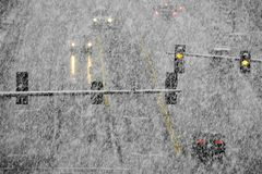 Fahren auf Schnee und Snowy-Straßen im Winter-Blizzard Stockfotografie