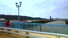 Fahren auf 31. Straßen-Brücke in Pittsburgh stock footage