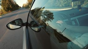Fahren bei Sonnenuntergang auf der Autobahn Hand auf Lenkrad stock video