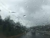 Fahren in den Regen und in den Sturm auf Landschaftsstraße stockfotos