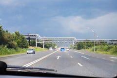 Fahren des Autos auf Landstraße am sonnigen Sommertag Stockfoto