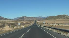 Fahren des Autos 4K in weiten Weg durch schöne Landschaft in Spanien stock video