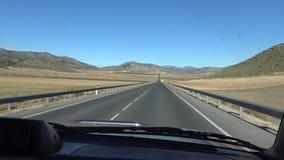 Fahren des Autos 4K in weiten Weg durch schöne Landschaft in Spanien stock video footage