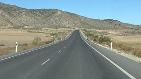 Fahren des Autos 4K in weiten Weg durch schöne Landschaft in Spanien stock footage