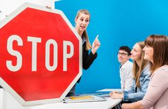 Fahren des Lehrers, der Bedeutung von Straßenschildern zu klassifizieren erklärt Stockfoto