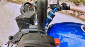 Fahren des Motorrads mit Freunden auf der Stra?e stockbilder