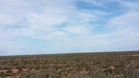 Fahren des Nullabor auf einer Landstraße im australischen Hinterland Lizenzfreies Stockbild