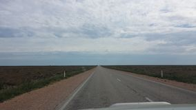 Fahren des Nullabor auf einer Landstraße im australischen Hinterland Stockbilder