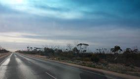 Fahren des Nullabor auf einer Landstraße im australischen Hinterland Lizenzfreie Stockbilder