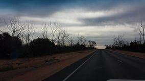 Fahren des Nullabor auf einer Landstraße im australischen Hinterland Stockbild