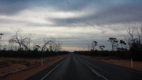 Fahren des Nullabor auf einer Landstraße im australischen Hinterland Lizenzfreie Stockfotos