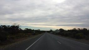 Fahren des Nullabor auf einer Landstraße im australischen Hinterland Lizenzfreies Stockfoto