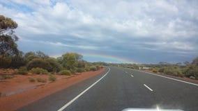 Fahren des Nullabor auf einer Landstraße im australischen Hinterland Stockfotografie