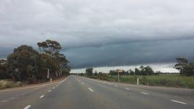 Fahren des Nullabor auf einer Landstraße im australischen Hinterland Stockfotos